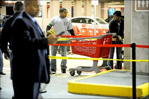 荷奇斯在購物中心被從天而降的購物車砸傷後,當局緊急封鎖案發現場。(取自網路)