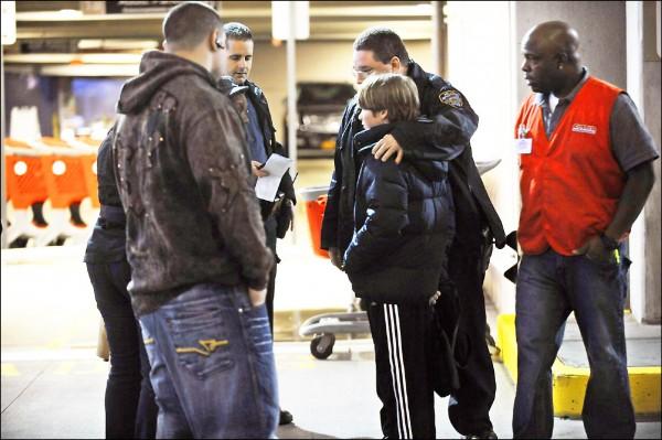 案發後,警方展開調查,向目擊者詢問案情。(取自網路)