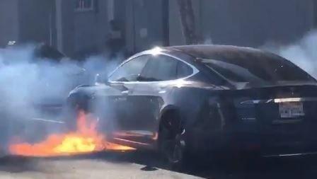 麥柯馬克日前透過推特分享老公莫里斯開著自家特斯拉上路,開到一半竟起火。(圖擷取自Twitter)