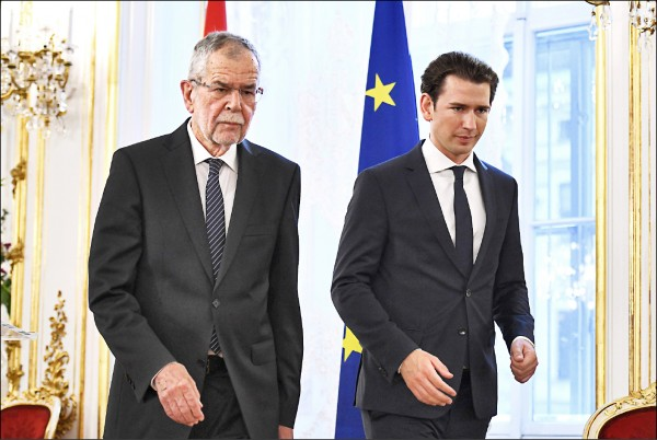 針對德國聯邦情報局(BND)涉監控奧地利約兩千個目標,奧地利總統范德貝倫(左)和總理庫爾茨(右)十六日聯袂召開記者會,譴責並要求柏林當局提出說明。(法新社)
