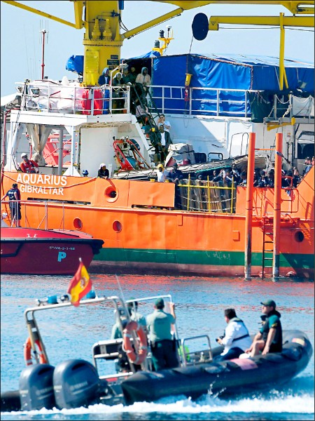 由國際人道救援組織「無國界醫生」和法國非政府組織「地中海救援組織」營運的「水瓶座號(Aquarius)」,十七日抵達西班牙瓦倫西亞港,船上可見許多主要來自非洲的移民。(法新社)