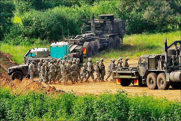 美軍官兵和車輛2016年8月24日在兩韓邊境的南韓京畿道坡州,參加代號為「乙支自由衛士(Ulchi-Freedom Guardian)」的年度美韓聯合軍演。(美聯社檔案照)