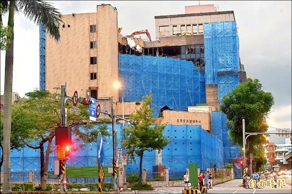 位於台北市復興南路、仁愛路口的空軍官兵活動中心,目前正進行建物拆除、整地工程,預計於7月上旬公告招標設定地上權。(記者簡榮豐攝)
