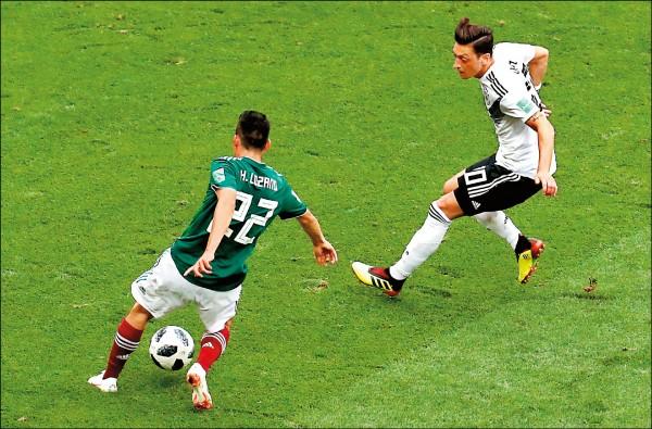 世界盃足球賽小組賽F組賽事昨晚登場,尋求衛冕的德國意外陷入苦戰,墨西哥攻勢不斷,上半場第35分鐘,前鋒洛薩諾在禁區起腳抽射,攻擊球門左側破網,率隊1:0獲勝,爆出本屆最大冷門。(歐新社)