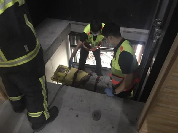 救難員用繩索吊掛,將傷者救出。(記者張瑞楨翻攝)
