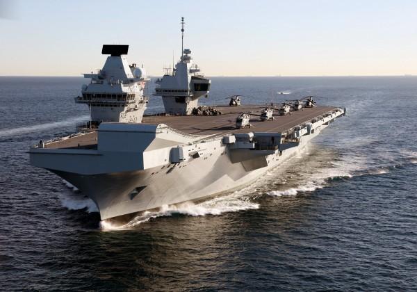 英國最新航母「伊莉莎白女王號」飛行甲板有三個足球場大,船艙可容納約四十架飛機或直升機。(歐新社檔案照)
