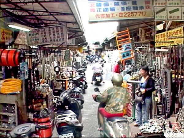 位於已拆除的舊建國市場旁「黑手街」,是台灣經濟奇蹟的推手。 (自由路電料五金商圈提供)
