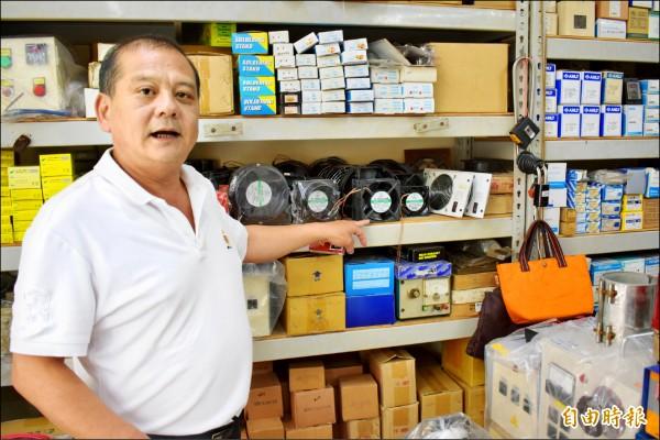江煥堂介紹賣風扇的店家,現在賣的是新品,以前則是中古貨,很多來自報廢船舶的船艙通風扇。(記者張瑞楨攝)