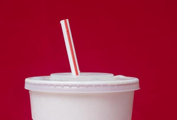 新加坡肯德基(KFC)今(18)日宣布,週三(20日)起將停用塑膠蓋和吸管,一年可望減少17.8公噸一次性塑膠製品的使用量。(美聯社)