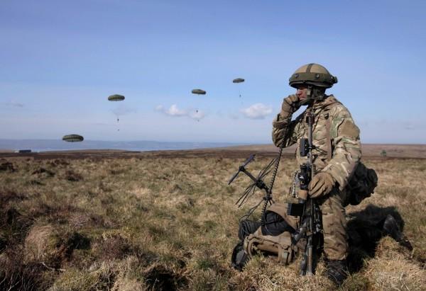 英國空軍特勤隊(SAS)1名29歲士兵,在手槍卡彈後拿出羊角錘砸死3名敵人。英國軍人示意圖,與本新聞無關。(法新社)