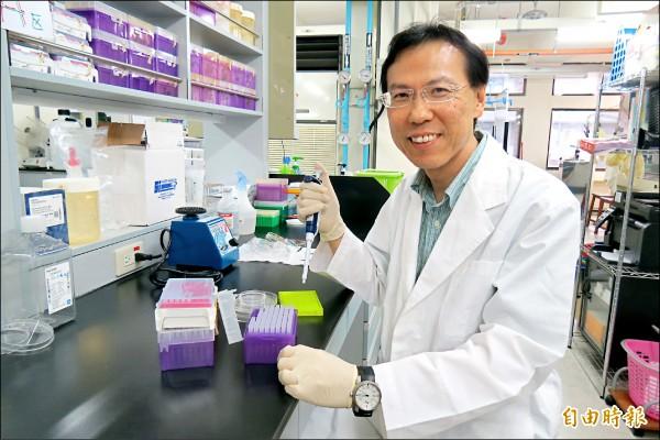 中國醫大教授卓夙航與研究團隊,研發出無副作用治療近視的眼藥水。(記者蘇孟娟攝)