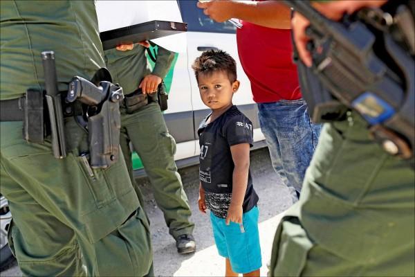 美國邊防警衛隊十二日在美墨邊界逮捕一對宏都拉斯非法移民,父親和幼子都被移送海關與邊境保護局(CBP),兩人可能面臨被拆散的命運。(法新社檔案照)