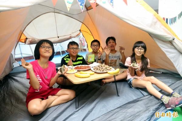 同學在帳篷裡用餐十分有趣。(記者蘇福男攝)