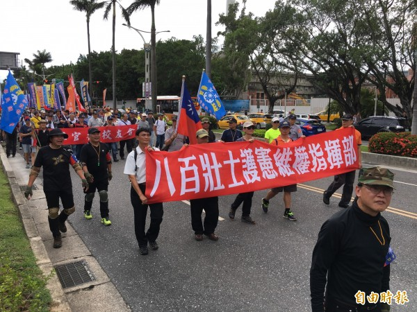 反年改團體「八百壯士」,包圍立法院進行抗爭。(記者鄭鴻達攝)