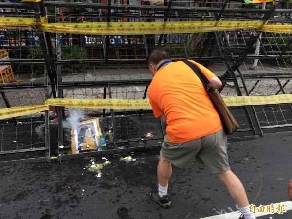 反年改群眾朝總統蔡英文肖像砸水球、雞蛋。(記者鄭鴻達攝)