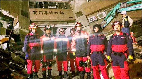 羅文義(左2)今年自發組隊前往花蓮雲門翠堤大樓救災。 (記者吳昇儒翻攝)