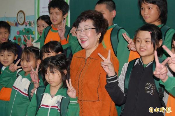 前副總統呂秀蓮今(19)日在臉書上開直播,討論台北市住宅政策,她認為年輕人本來就買不起房子,「大學畢業憑什麼你就可以買得起房子?」(資料照)