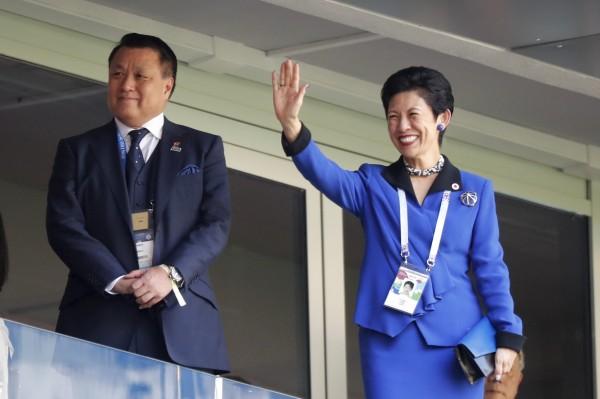 日本王妃高圓宮久子(右)今日現身俄國薩蘭斯克,為世足日本代表隊選手加油打氣。(美聯社)