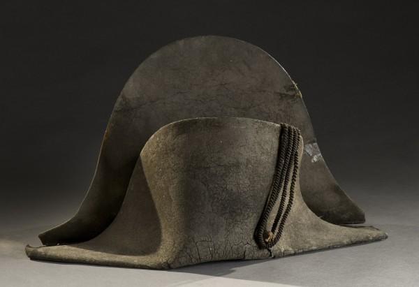 拿破崙1815年滑鐵盧戰役軍帽,以28萬歐元(約新台幣980萬元)售出。(歐新社)