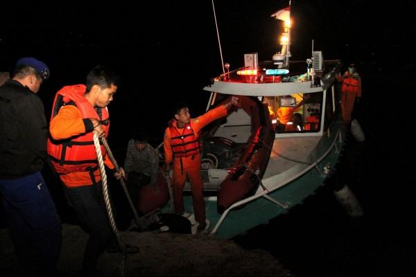 印尼蘇門達臘島多巴湖1艘載有80至130人的渡輪沉沒,目前僅救出18人,另有1人死亡,剩下的乘客則生死未卜。(路透)