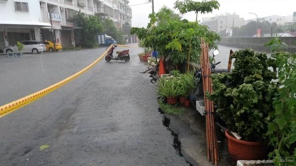 台南市安南區頂安街260巷的大排水溝旁柏油路面裂開,長度約30公尺。(記者王俊忠翻攝)