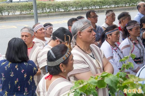 亞泥富世村服務中心今成立,部落族人受邀出席,將能與族人面對面溝通,直接解決部落關心的所有問題。 (記者王峻祺攝)