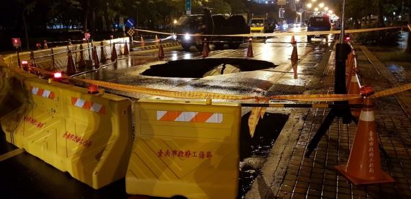 南市安平區建平路與建平九街口發生路面塌陷,現場拉起黃線圍戒。 (記者洪瑞琴翻攝)
