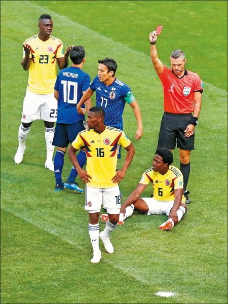 哥倫比亞昨戰日本,開賽3分鐘C.桑切斯(6號,坐地者)就因手球被判出場,這是本屆第1張、史上第2快的紅牌,日本以眾擊寡2:1爆冷獲勝。(路透)