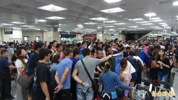 澎湖藍色公路連續停擺兩天,澎湖機場湧入千餘名候補旅客,今天交通恢復人潮總算開始緩解。(記者劉禹慶攝)