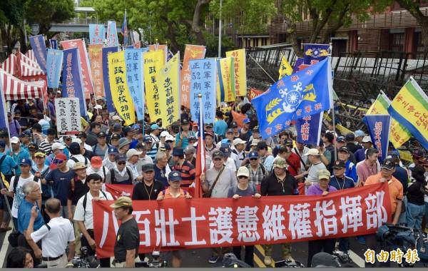 八百壯士進行最後一次遊行抗爭。(記者鄭鴻達攝)