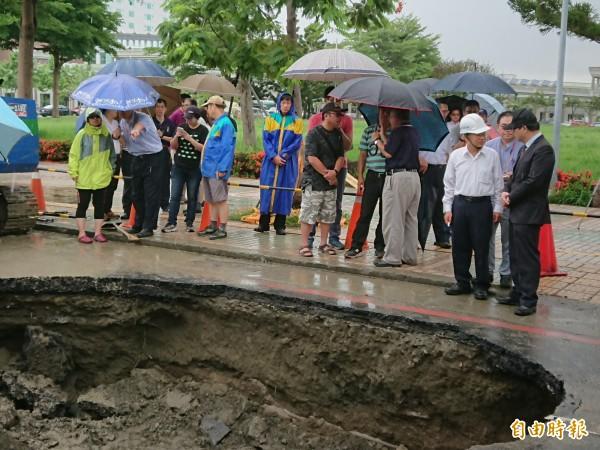 台南市代理市長李孟諺視查建平街破洞處理情形。(記者洪瑞琴攝)