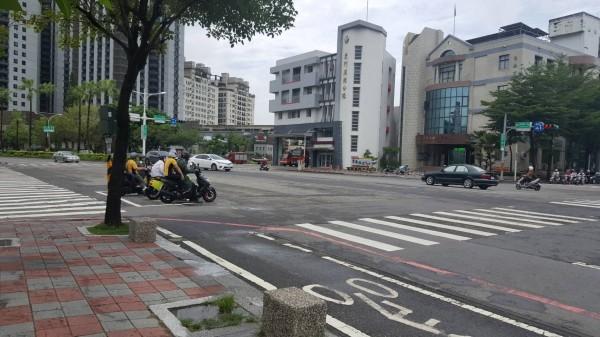 警方21日派員查證,台南市東區東南地政所前的林森路與崇善路口並無發生大坑洞災情。(記者王俊忠翻攝)