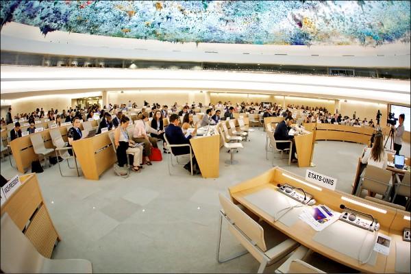 聯合國人權理事會日內瓦總部的議場上,美國代表團的座位二十日空無一人。(路透)