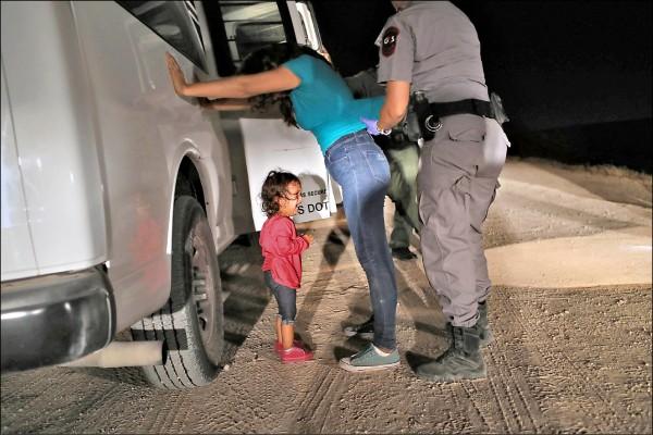 一對宏都拉斯母女十二日潛入美國德州時被逮,兩歲大的女童在母親遭搜身檢查時放聲大哭;她們會在麥卡倫處置中心被迫分開。(法新社檔案照)