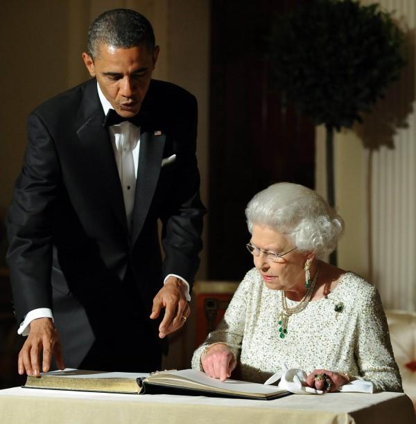 2011年,美國前總統歐巴馬與英國女王伊莉莎白見面。(法新社)