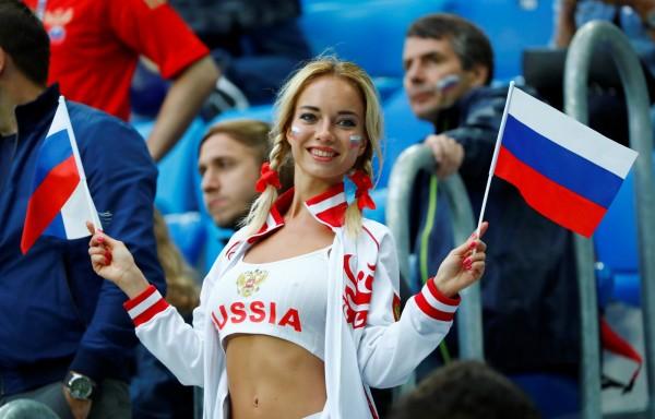 圖為身穿俄羅斯球衣的球迷。(路透)