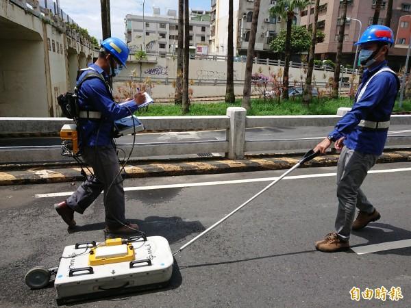 今天台南放晴,工務局出動透地雷達在大同地下道機車道進行檢測。(記者洪瑞琴攝)