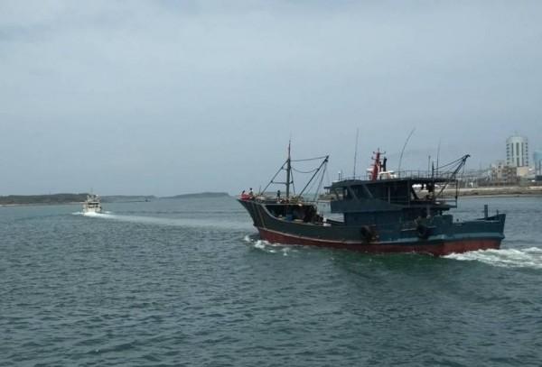 五月查扣的中國「粵南澳漁運21023號」漁船,繳交60萬元罰金後驅離出境。(澎湖海巡隊提供)