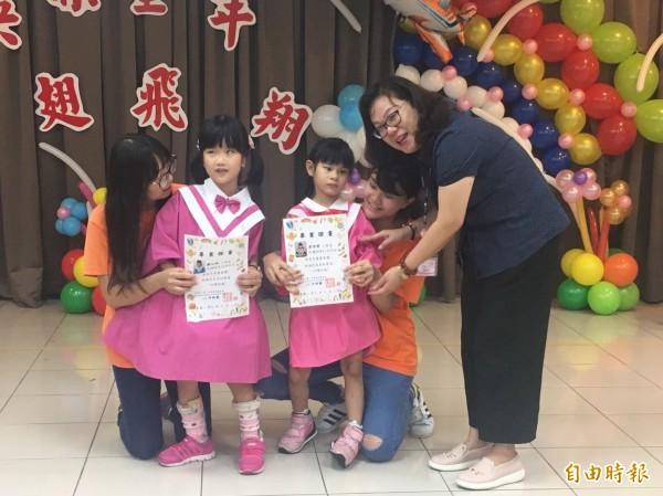 經過早療後進步許多的彤彤(左)今擔任第一社福早療兒畢業典禮致詞代表。(記者楊綿傑攝)