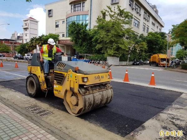 台南市建平路及建平9街的坑洞,位在「台南地政事務所」前面附近,今天已重鋪柏油。(記者洪瑞琴攝)