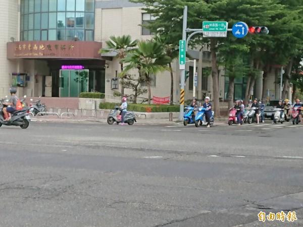 台南市東區林森路一段與崇善路口真實現況,並沒有雨後大坑洞。(記者洪瑞琴攝)