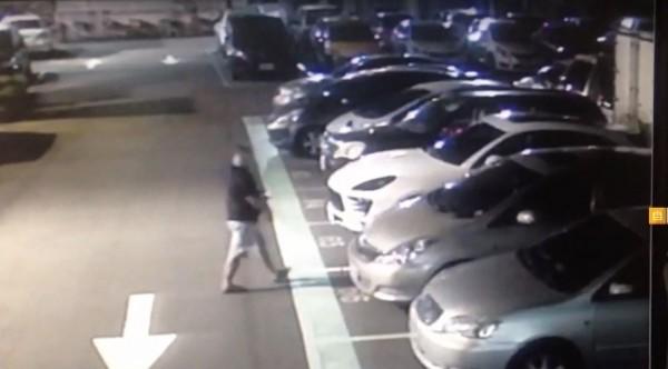 角頭黃義倫(左)走向白色休旅車;圖為他最後身影。(記者吳仁捷翻攝)