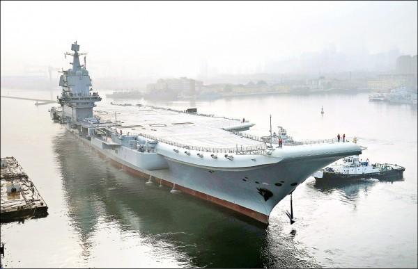 中國首艘自製航母「001A型」去年4月26日下水後,推遲至今年5月中才進行海試。(法新社)