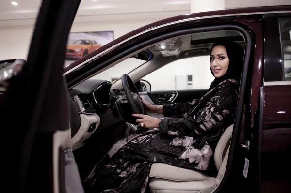 沙烏地阿拉伯週日將全面解除對於女性駕駛的禁令,這是沙烏地阿拉伯女性史上第1次能夠合法駕駛車輛。(美聯社)
