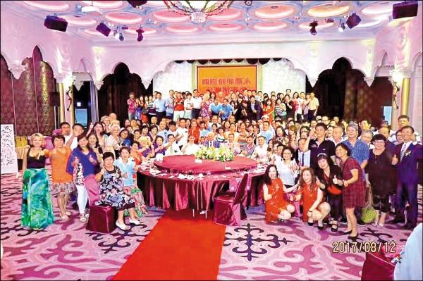 該集團在台中市潮港成舉辦擴大餐會,大家和影。(記者楊政郡翻攝)
