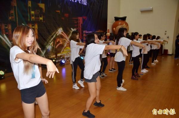 熱舞社的成員在台上帶動。(記者吳俊鋒攝)