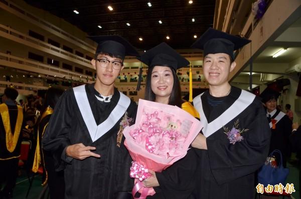 余昭瑩母子3人一起畢業。(記者吳俊鋒攝)