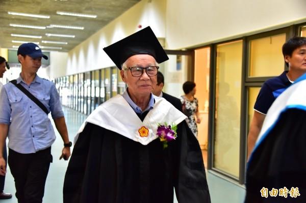 老牌導演林福地致力台語戲劇,今天回到母校台東大學,獲頒名譽博士學位。(記者黃明堂攝)