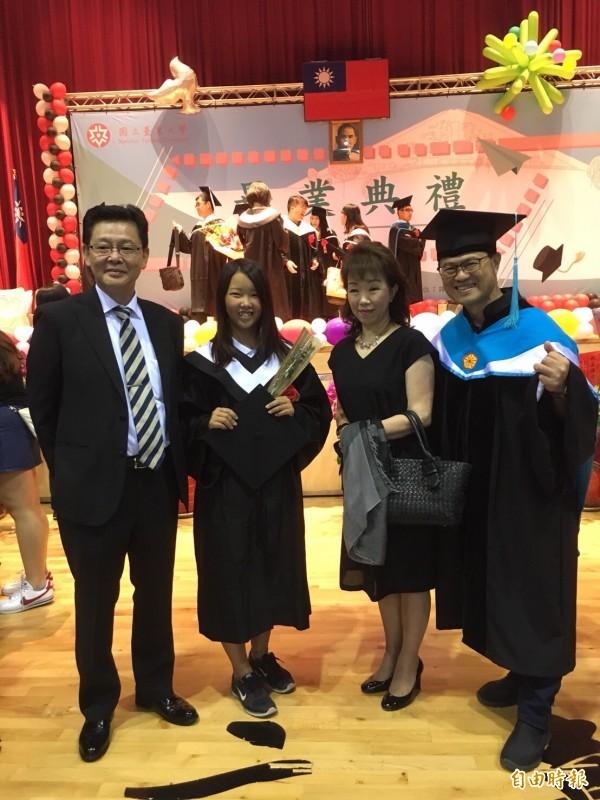 台東大學畢典第一位日本籍畢業生久瀨加織(左2),她的父母(在她兩旁)特地從日本來參加畢業典禮,見證女兒光榮的時刻。 (記者黃明堂攝)