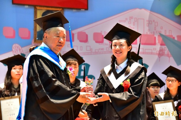 台東大學傑出校友王任生(左)擔任畢業傑出表現獎頒獎人。(記者黃明堂攝)